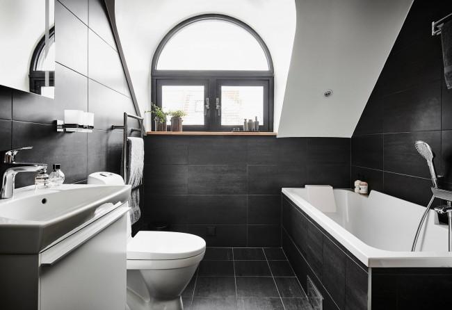 Маскулинный дизайн и строгая практичность в скандинавской мансардной ванной комнате