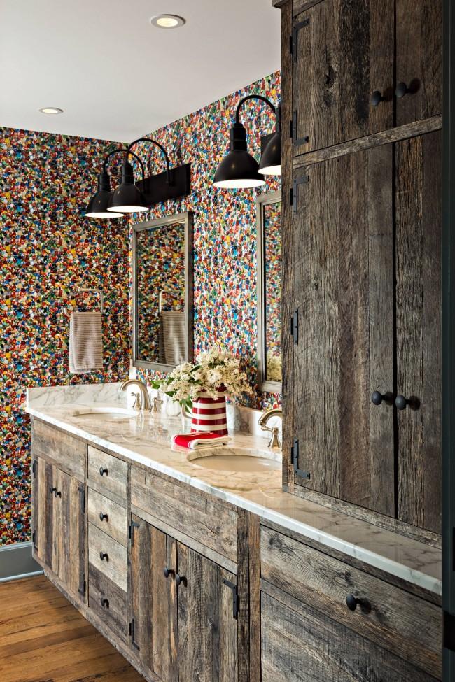 Неожиданное сочетание разноцветных стен и белого мрамора в материале для столешницы в кантри-ванной