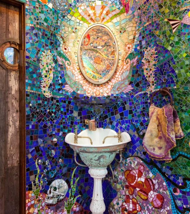 """У этой ванной есть свое имя: """"подводная лодка Гауди"""". При создании этого мозаичного шедевра дизайнеры вдохновлялись творениями самого Гауди, известной песней The Beatles про желтую субмарину, а также фильмом """"Бразилия"""" режиссера Терри Гиллиама"""