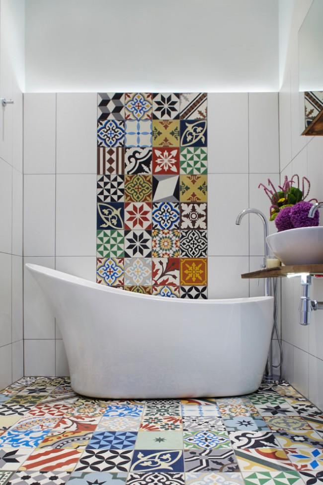 Элементы средиземноморского стиля в компактной современной ванной