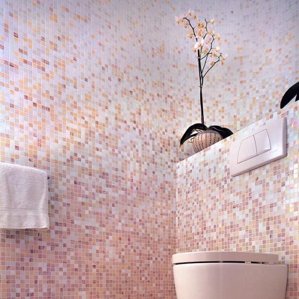 Плавный переход в кварцевой мозаичной плитке от розового к сиренево-голубому: по версии Pantone, так в 2016 году будет выглядеть самая актуальная ванная