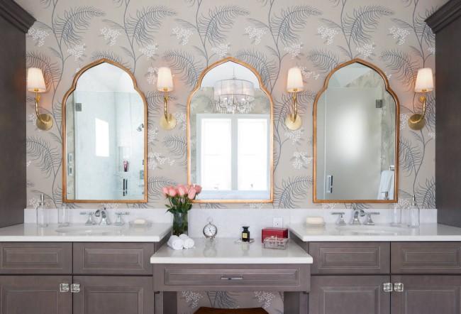 Нейтральная ванная комната, средиземноморский колорит в которую внесли форма зеркал и растительный рисунок на обоях
