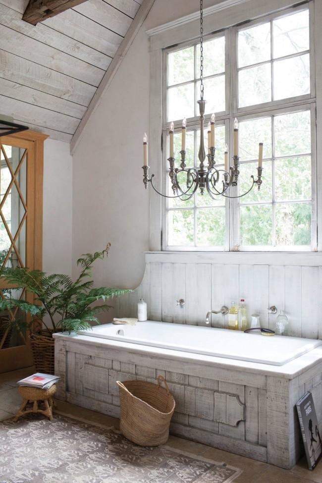 Светлая ванная в стиле шебби шик