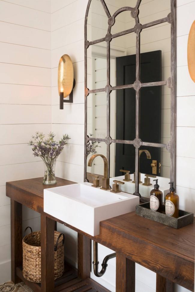 Винтажный потертый вид зеркала и сантехнических приборов