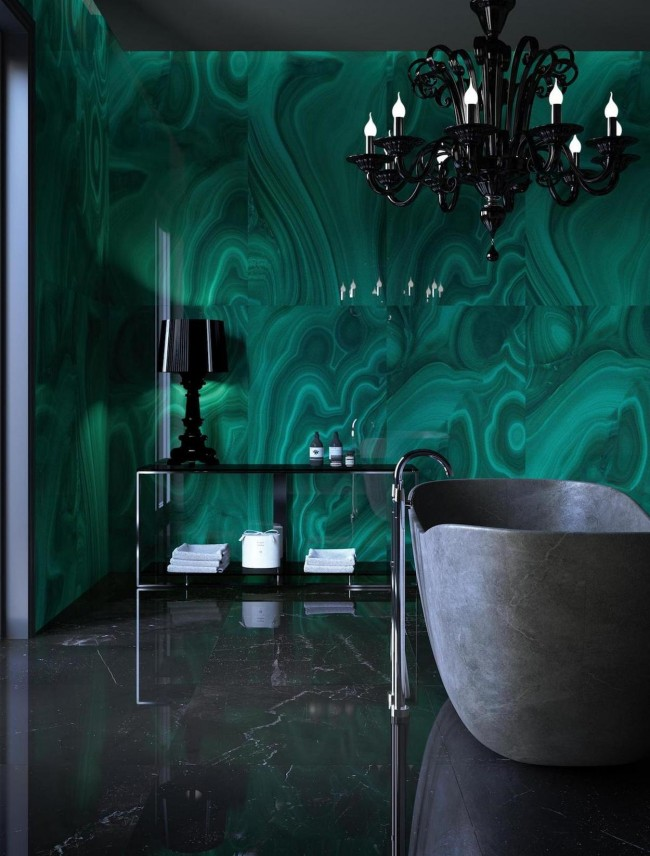 Сюрреалистичная атмосфера: малахитовые панели в отделке стен большой ванной комнаты