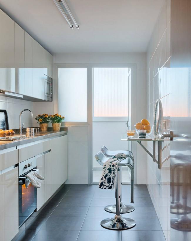 Кухня, смежная с балконом. В некоторых случаях возможно объединить ее с лоджией или перенести рабочую зону с мойкой под окно, для лучшей естественной освещенности. В панельном доме при этом обязательно следует учитывать строительные нормы и правила, касающиеся системы отопления!