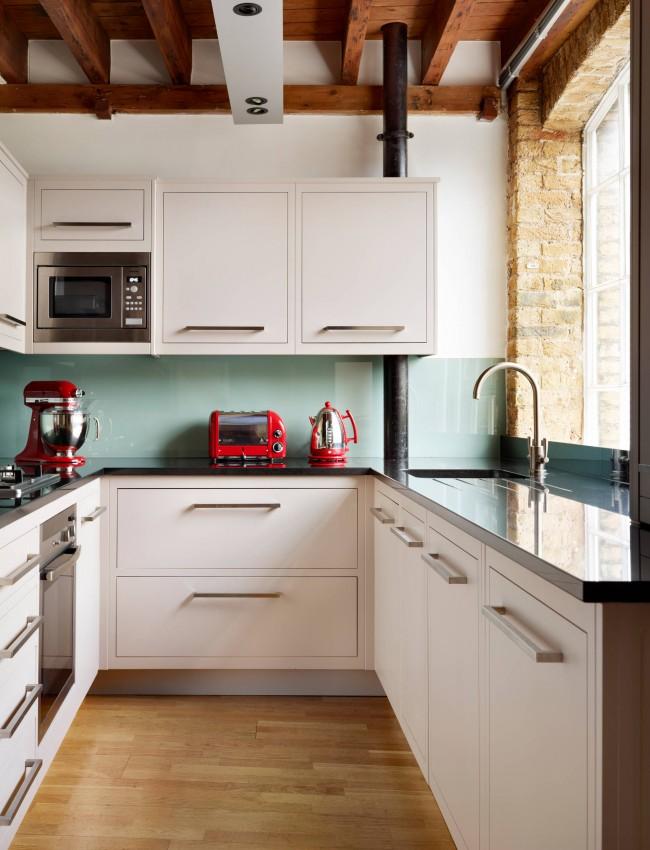 В кухне красиво выглядит деревянный потолок, но обустраивать такой можно только в случае использования мощной вытяжки - так он будет оставаться чистым и сохранять аккуратный вид. Есть и другой вариант - подвесной моющийся потолок в сочетании с полиуретановыми балками, имитирующими настоящие деревянные