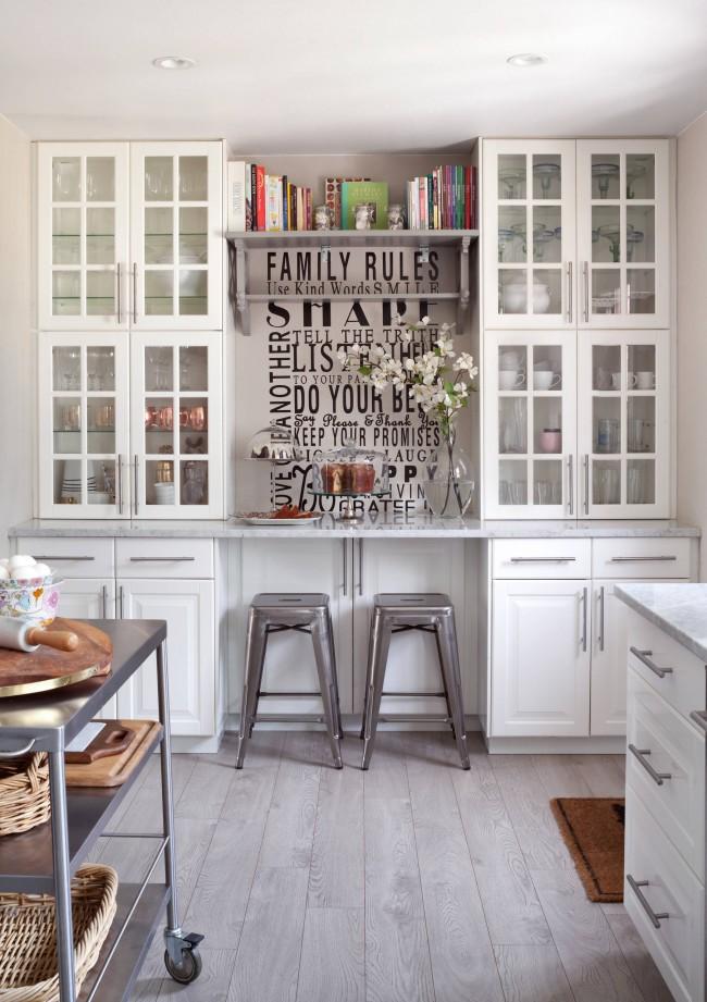 Столик на двоих, встроенный в систему кухонных шкафчиков
