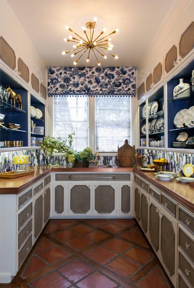 В целом синий и голубой цвета не принято использовать для оформления кухни, но небольшие акценты темно-синего цвета в фасадах шкафов, как на фото, - обычно вполне уместны. И, конечно же, всегда популярен бело-синий рисунок голландского фарфора