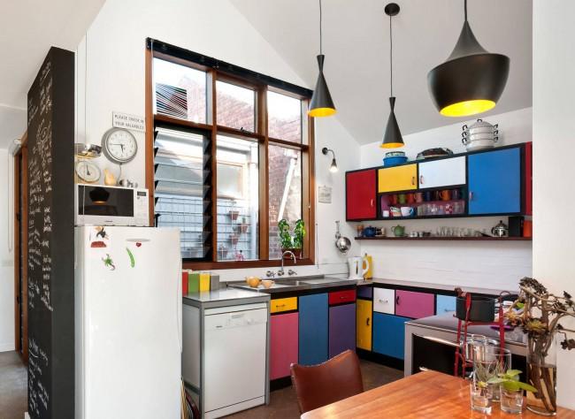 Частый прием увеличения площади кухни - устройство столовой зоны в расширенном дверном проеме