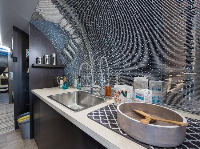 Отделанная зеркальной мозаикой кухня из проекта частного убежища, идею которой можно позаимствовать для мансардной (и не только) кухни