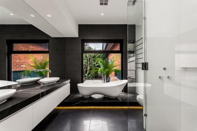 Акриловая ванна неправильной формы, расположенная на подиуме, будет выглядеть еще эффектнее