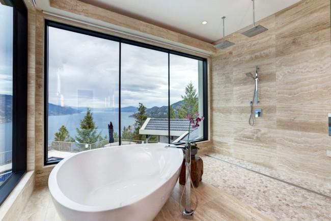 Просторная ванна, расположенная рядом с душем