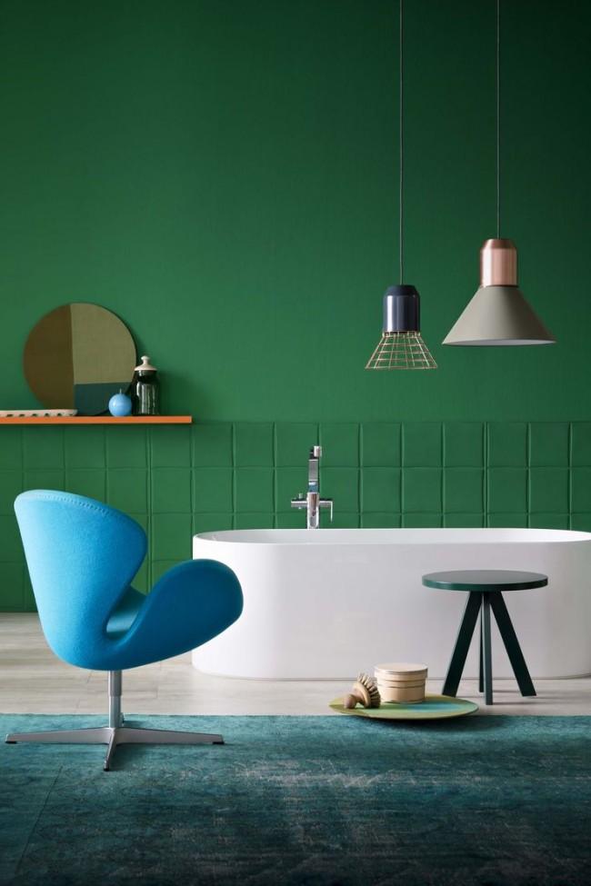 Контрастное сочетание белой ванны и интерьера в стиле эклектика