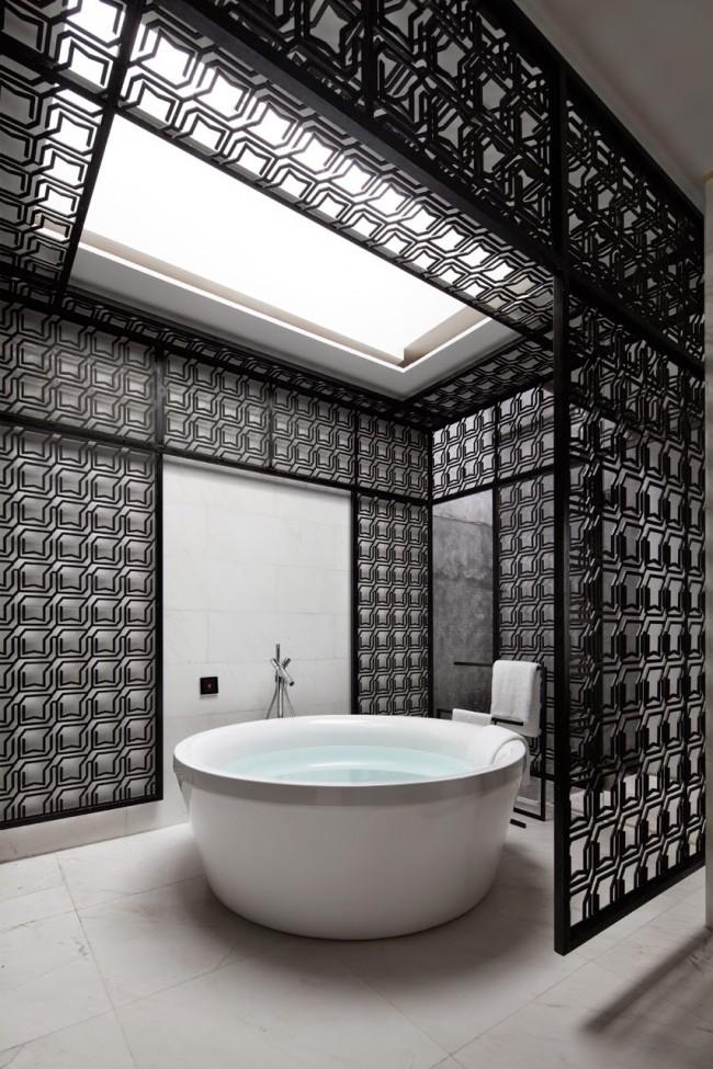 Круглая ванна в черно-белом интерьере