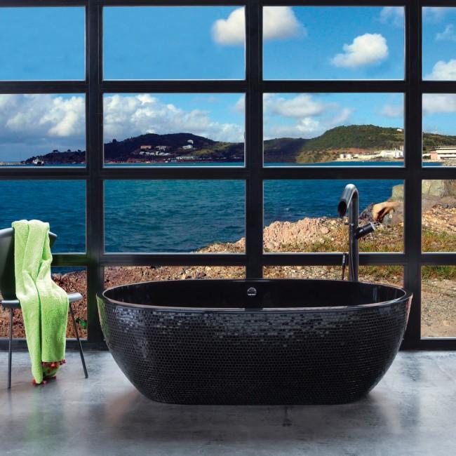 Черная акриловая ванна с отделкой из мелкой плитки