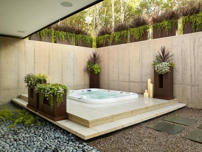 Квадратная ванна с гидромассажем под открытым небом