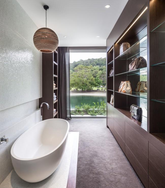 Акриловая ванна в интерьере прямоугольной комнаты
