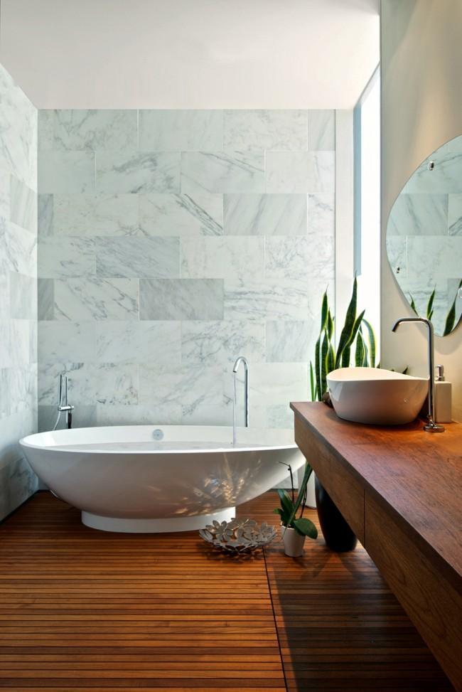 Белая мраморная стена в ванной комнате