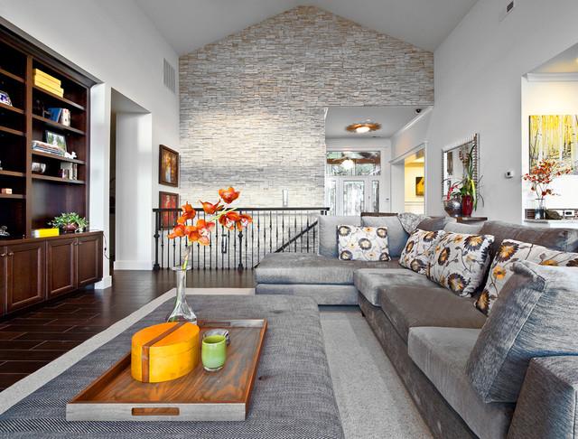 Использование декоративного камня в интерьере гостиной двухуровневой квартиры