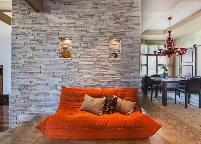 Маленькие ниши в стене из камня для размещения различных аксессуаров и небольших предметов декора