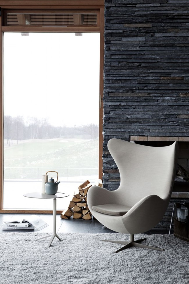 Сланец темного цвета создает контрастный, выделяющий фон для мебели и предметов интерьера