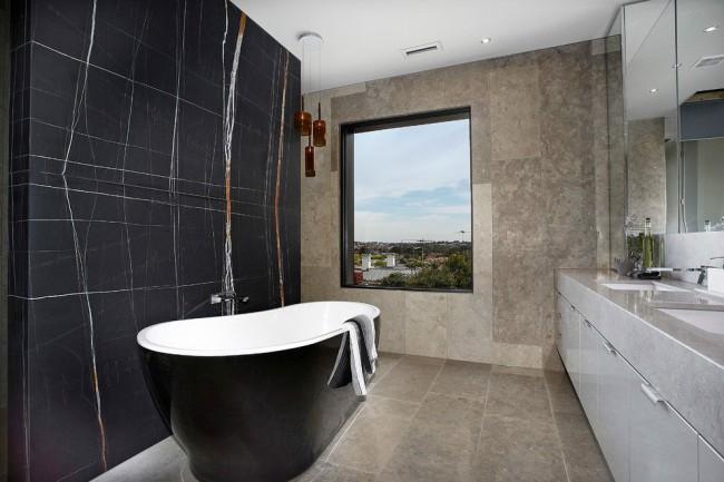 Имитация черного мрамора в ванной комнате также будет выглядеть солидно и стильно