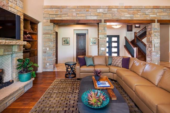 Гостиная комната с каменными арками и камином