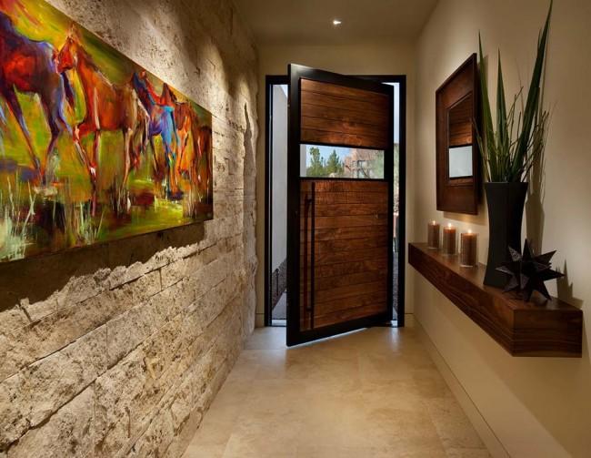 Удачное применение фактурного камня светлого оттенка в отделке стен узкой прихожей