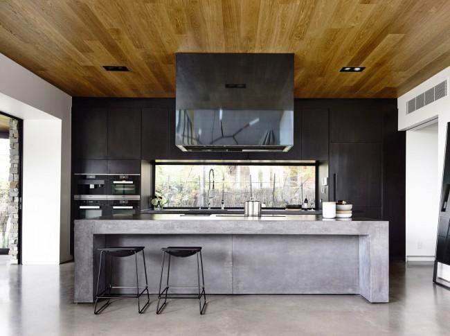 """Контемпорари-кухня с ПВХ-потолком """"под дерево"""""""