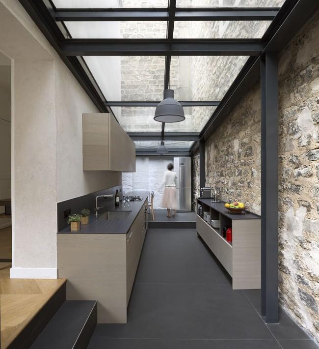 Стеклянный потолок не только смотрится великолепно, но еще и наполнит помещение солнечным светом