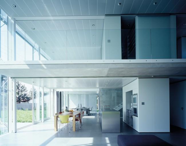 Реечный потолок закрытого типа на кухне хай-тек