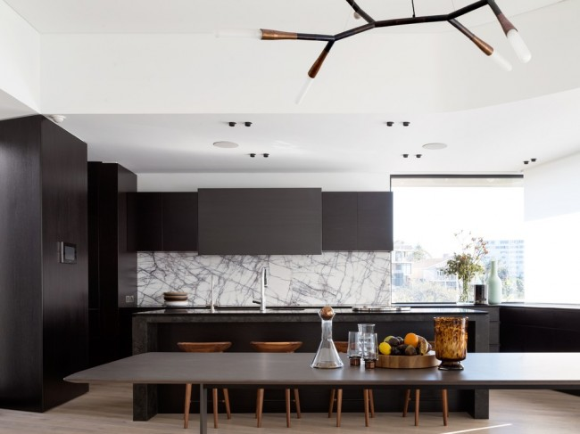 Контрастное сочетание белого потолка и темной мебели