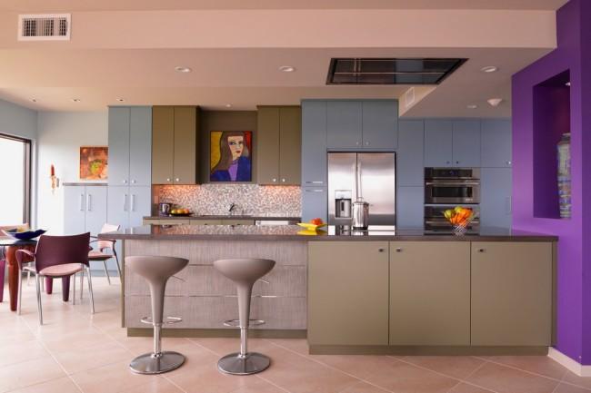 Приглушенно-розовый потолок и использование блокировки цвета в дизайне кухни