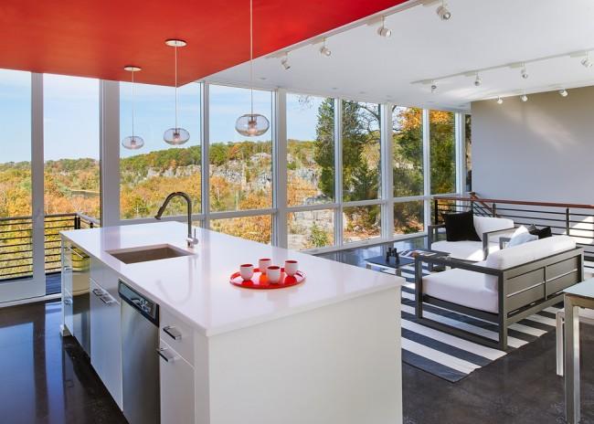 Ярко-красный цвет гипсокартонной конструкции как единственный яркий акцент в кухне-гостиной
