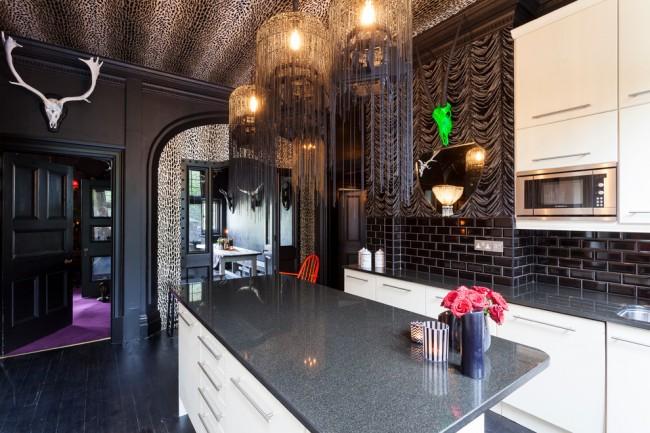 Кухня с элементами стиля арт-деко и анималистичным принтом в потолочном покрытии