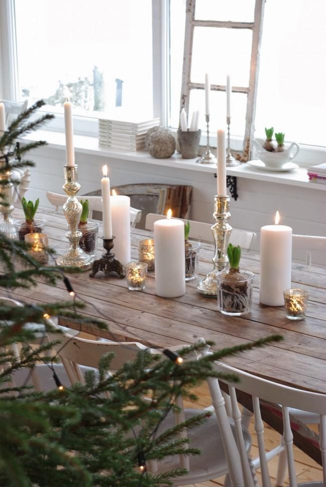 Необычное украшение стола – луковица в стакане. Такие украшения отлично смотрятся, расставленные вдоль раннера (узкой полоски ткани по центру стола вместо скатерти)