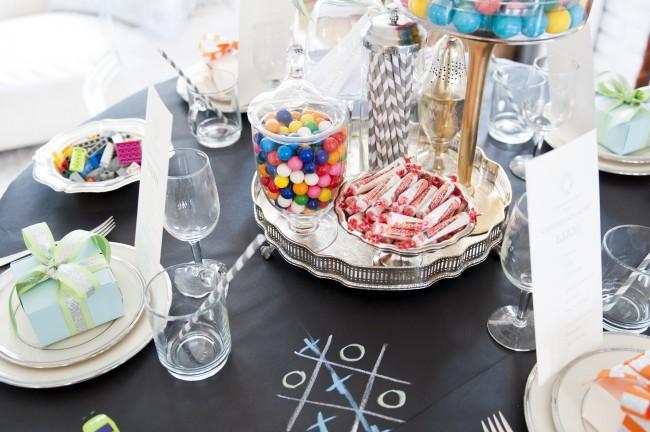 Кроме прочего, декор стола для гостей именинника можно оживить, просто приобретя тематическую праздничную одноразовую посуду и приборы