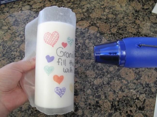 Для того, что бы не сдуло рисунок феном, свечу необходимо плотно обернуть вощеной бумагой и крепко держать сзади