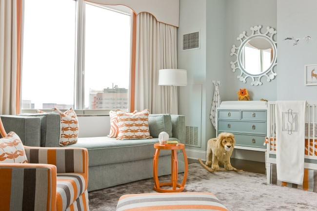 """Нейтральный светло-серый диван на два места в комнате грудного ребенка, который пока спит в кроватке. Отличный, очень универсальный в плане будущего оформления комнаты, выбор """"на вырост"""""""