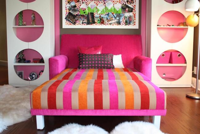 Диванчик цвета фуксии с разноцветными полосами на сиденье