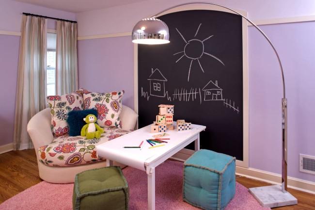 Диван-кресло розового цвета с рисунком на обивке сидений