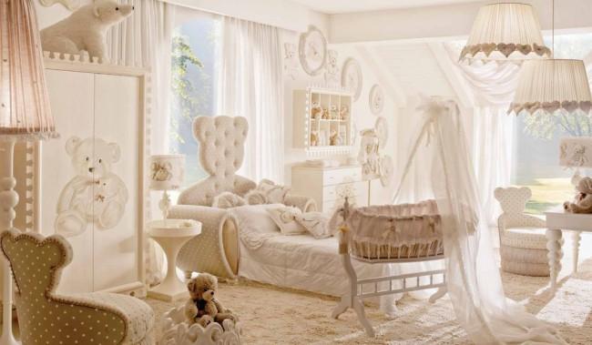 Детский диван-кровать с мягким изголовьем в форме мишки в комнате для девочек разного возраста