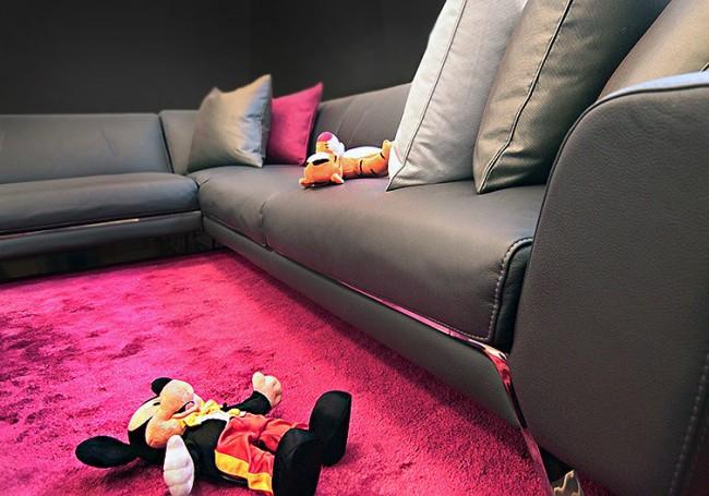 Довольно требовательная в плане возможности повреждений мебель для игровой комнаты: с обивкой из кожзаменителя. При этом она самая выигрышная в плане загрязнений - чистка занимает минуты