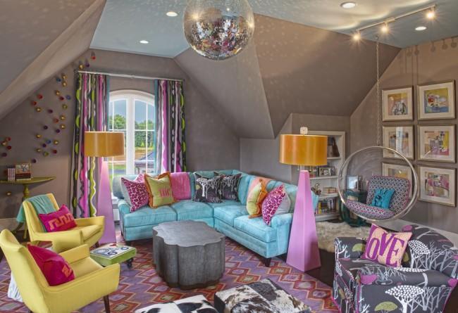 Голубой выкатной диван и разноцветные мягкие кресла в детской