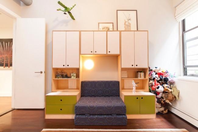 Диванчик, встроенный в шкаф. Такой вариант, к слову, популярен и среди взрослых, для обустройства спальни в малогабаритной однокомнатной квартире
