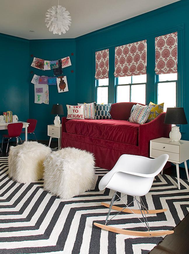 Высокий диванчик в сложенном состоянии можно удачно вписать под окном детской. Не ставьте его возле радиатора отопления, если в нем есть части из ДСП!