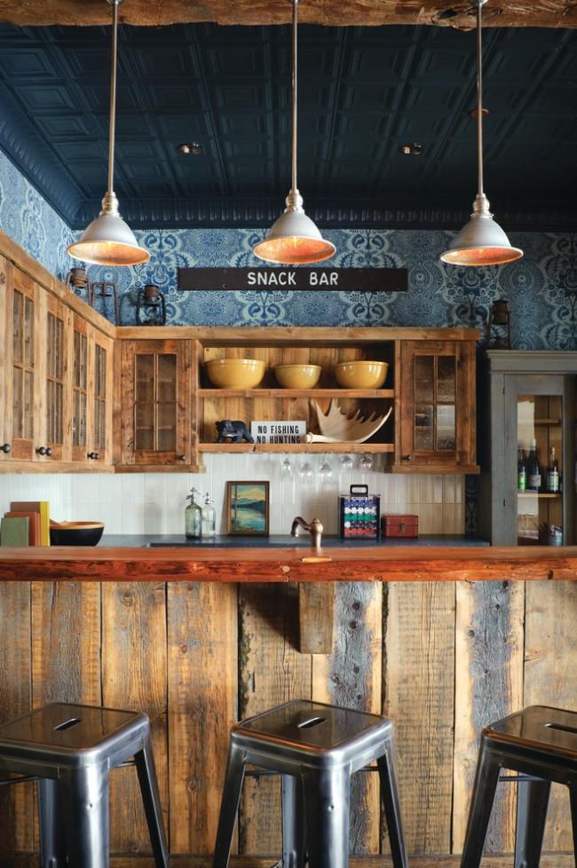 Темно-синий потолок из пенополистирольной плитки в интерьере в стиле рустик