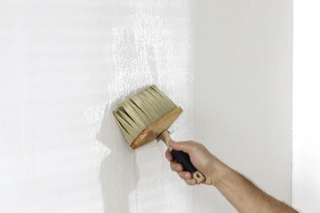 В зависимости от типа обоев наносим клей (на стену или на обратную сторону обоев)