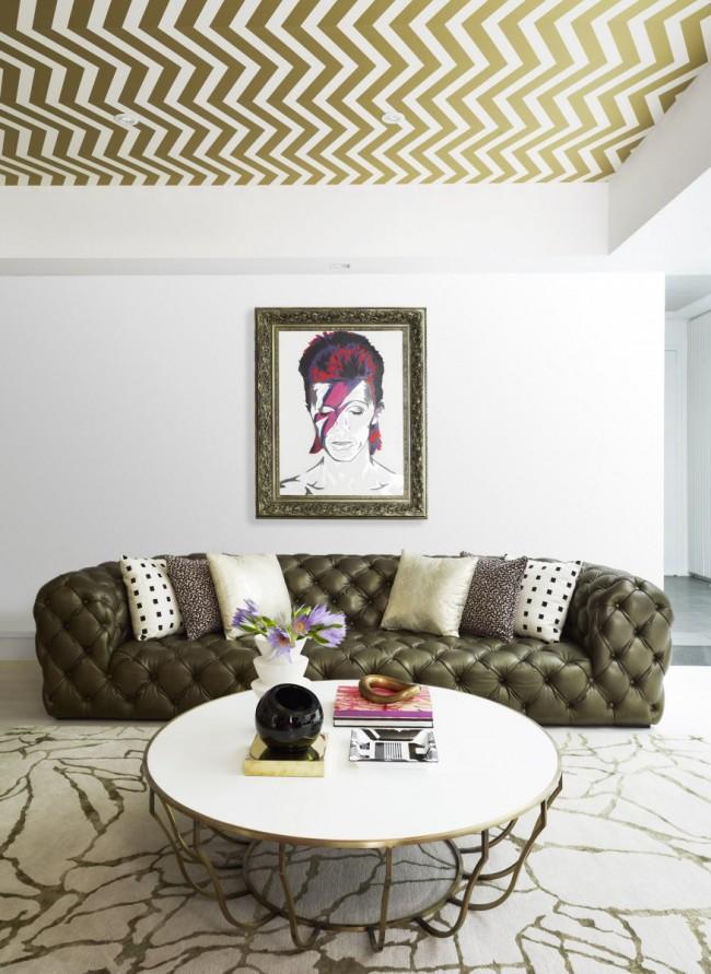 Красивые потолочные обои в тон интерьера гостиной
